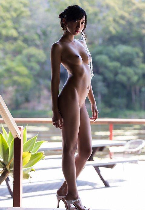 山谷みどり背景全裸美女